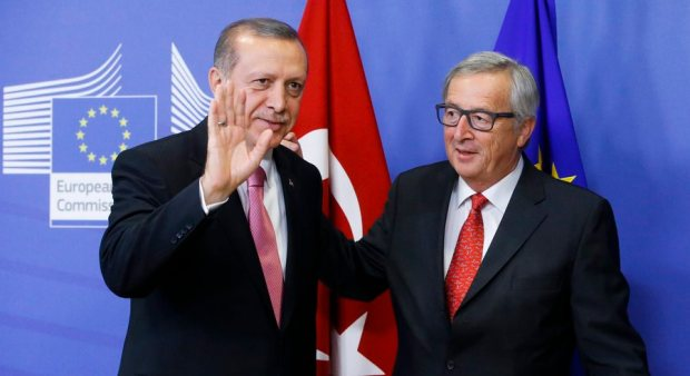 epa04964735 European Commission President Jean Claude Juncker (R) welcomes Turkish President Recep Tayyip Erdogan at the EU Commission in Brussels, Belgium, 05 October 2015. The European Union is expected to ask Turkey for help in stemming the flow of refugees reaching the bloc, during a visit to Brussels by President Recep Tayyip Erdogan at which issues such as Ankara's record on human rights are also expected to surface.  EPA/OLIVIER HOSLET